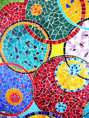 Cercles entrelacés en mosaïques de verre très colorés.