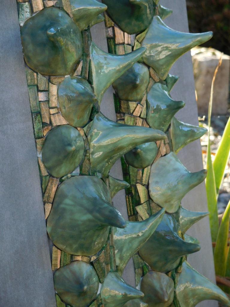 Détail d'une mosaïque, avec des épines en terre cuite émaillé, et des mosaïques de verre.