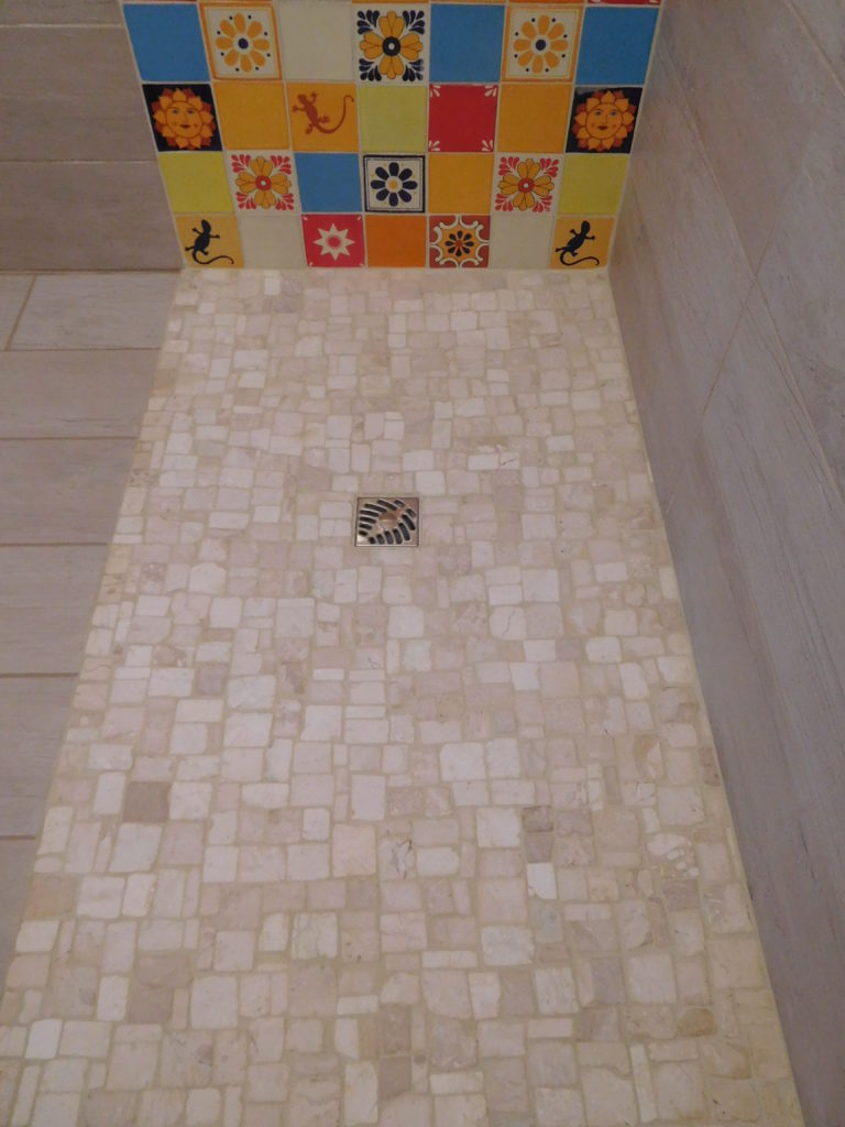Douche à l'italienne en petite pierres, différents beiges.