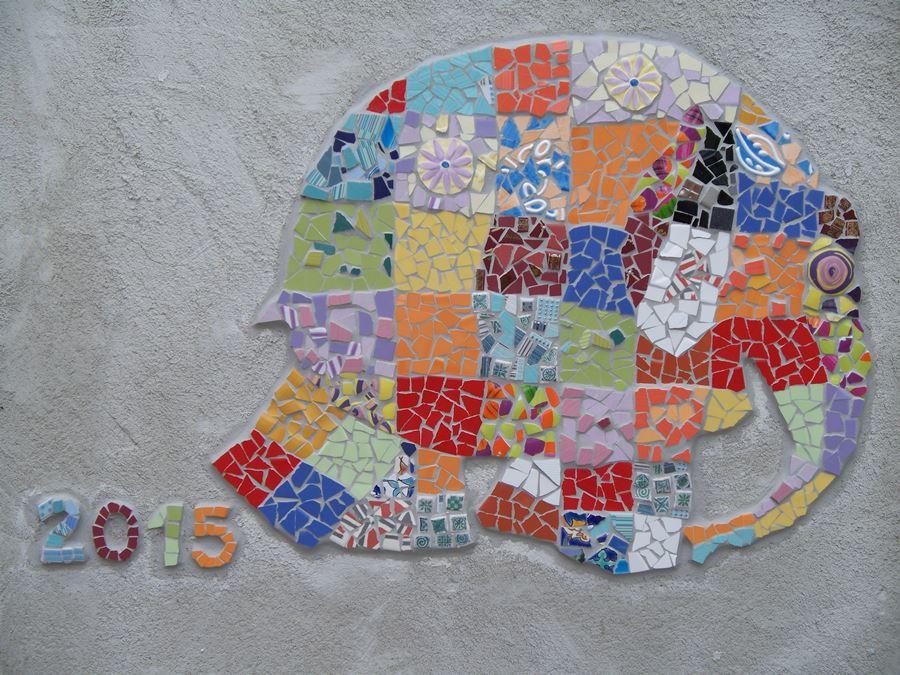 """Fresque en mosaïques """"L'éléphant Elmer"""", réalisé avec des enfants à l'école maternelle."""