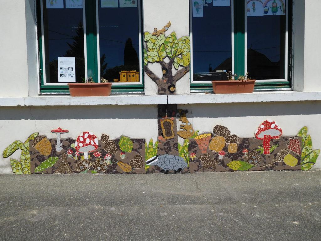 """Fresque sur le thème du """"sous-bois"""", réalisé avec des élèves en école primaire. Champignons, feuilles, animaux, arbre."""