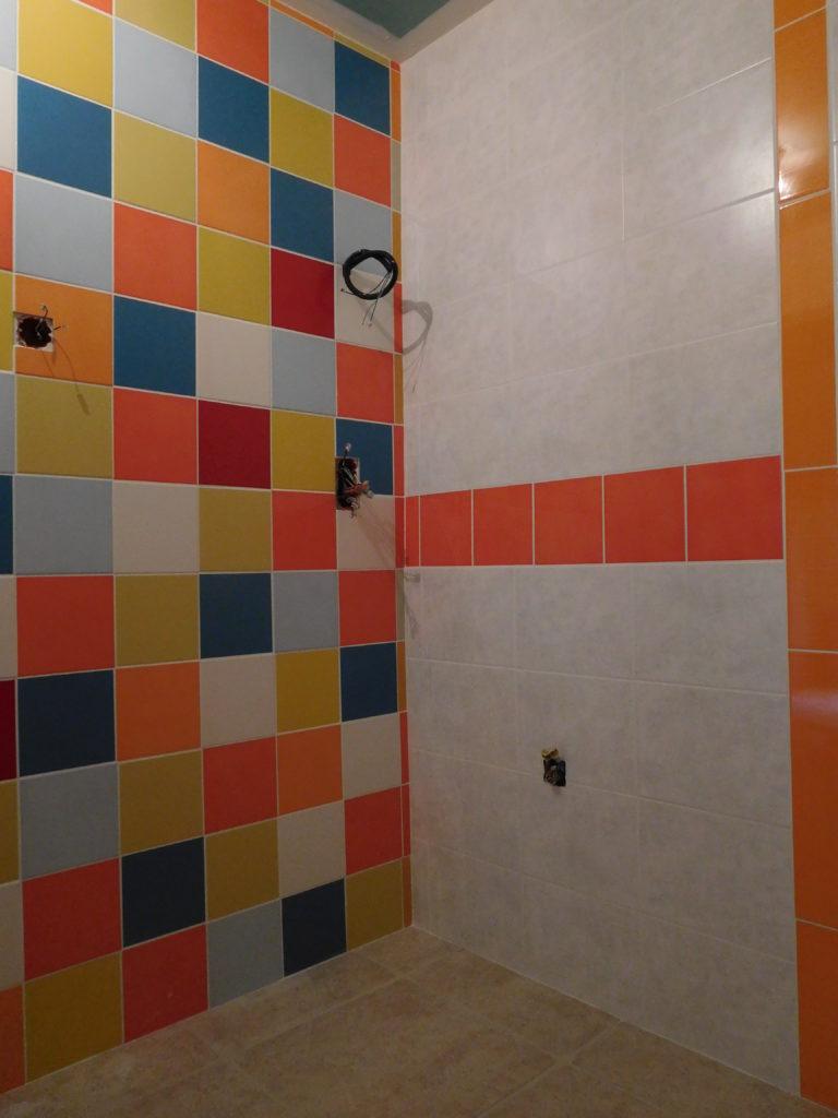 Mélange de faïence coloré dans salle de bain.