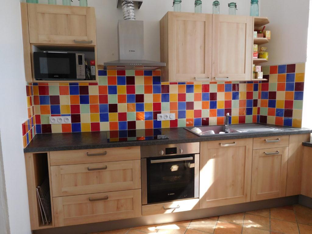 Carreaux multicolores en crédence de cuisine.