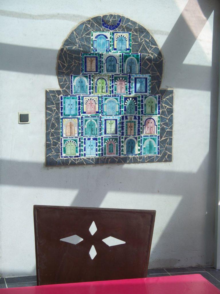 Décoration portes tunisiennes sur terrasse.
