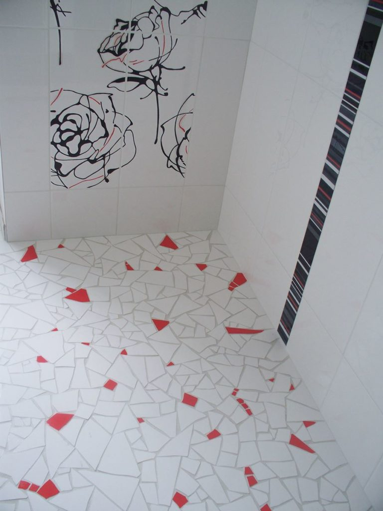 douche à l'italienne en mosaïque casson blanc et rouge