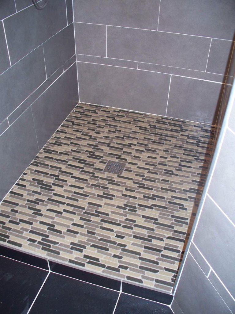 bac à douche en petites pierres de marbre, couleurs beige gris chocolat