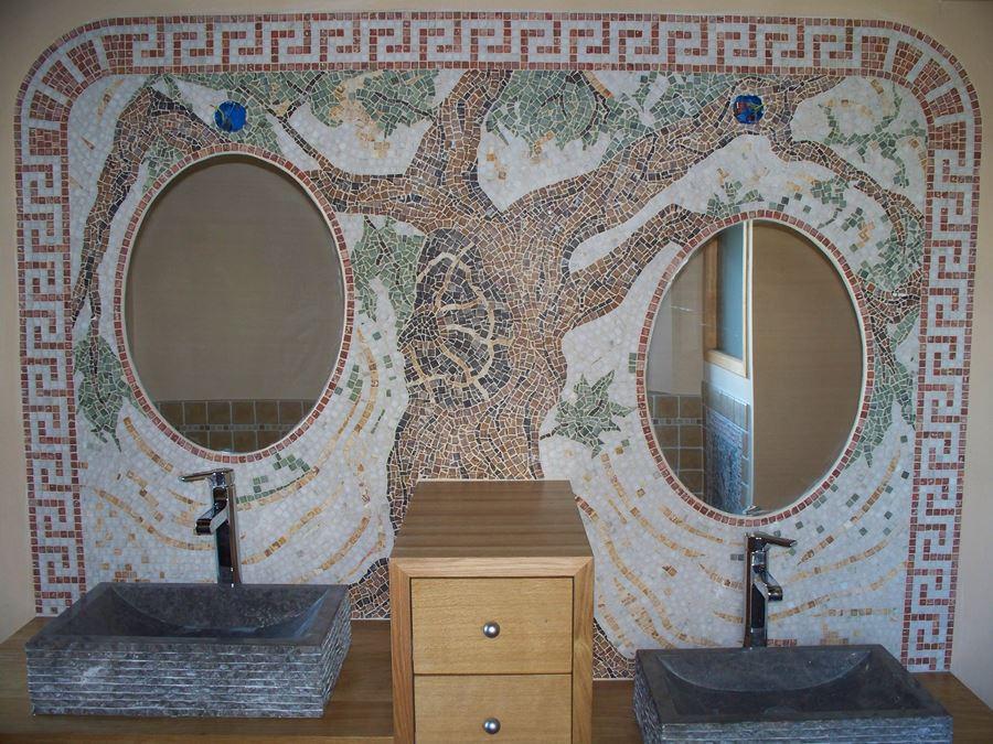 Décor en marbre dans salle de bain.