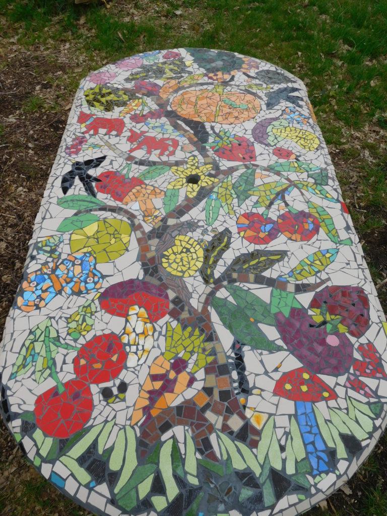 """Mosaïque sur le thème """"fruits, légumes, nature"""", pour décorer une table dans le verger du village."""