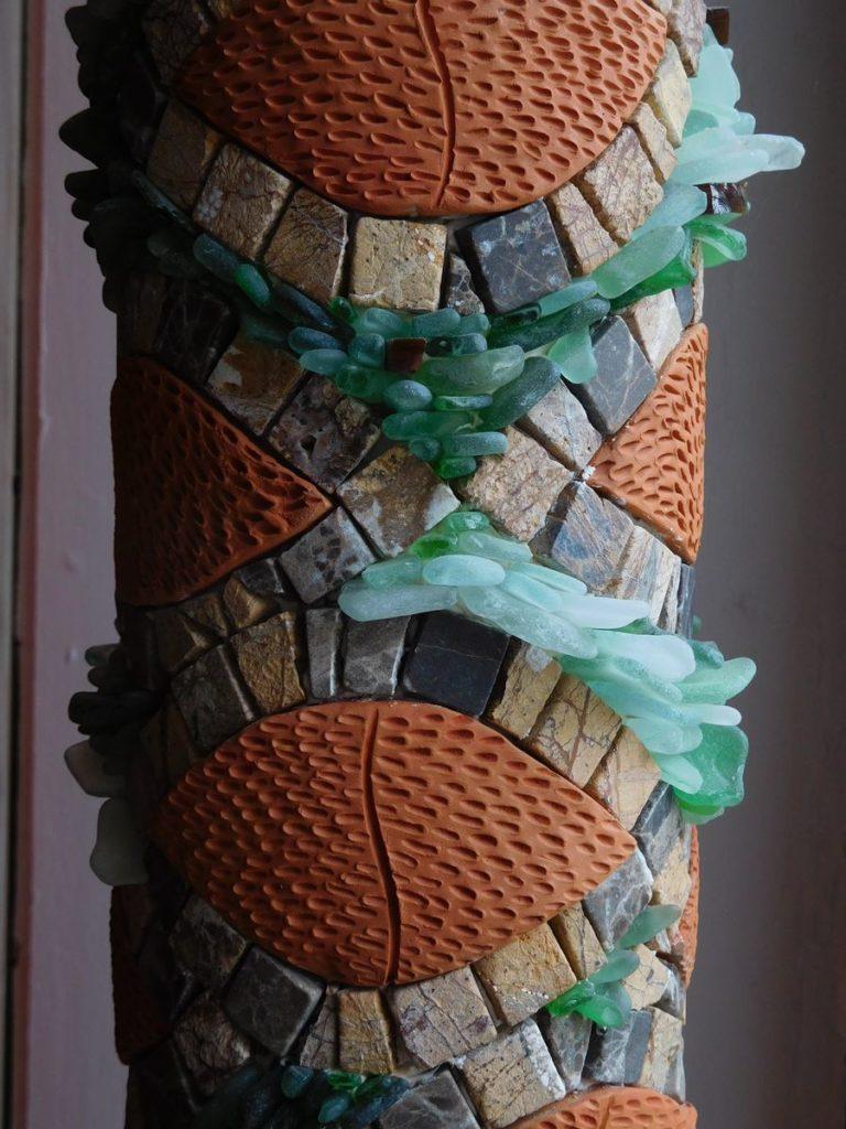Ecorce de Totem végétal avec de la terre cuite, des marbres, et du verre de la plage.